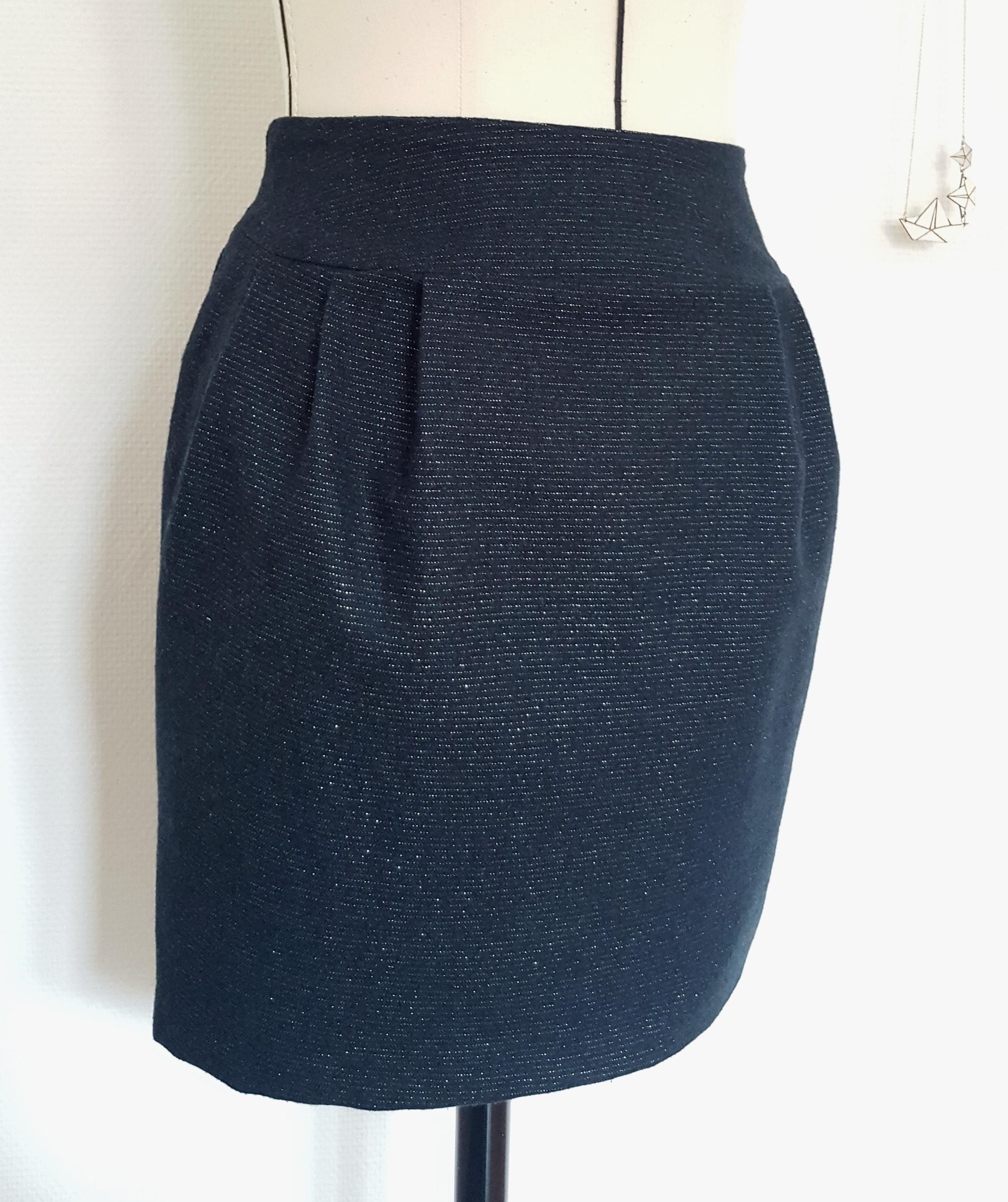 La jupe (de l'arabe joubba pour long vêtement de laine) est un vêtement unisexe fixé au niveau des hanches ou de la taille pour couvrir tout ou une partie du bas du corps sans division pour chaque jambe et sans qu'en principe les bords inférieurs soient refermés.. Selon les cultures, la jupe est portée préférentiellement par les hommes (kilt, sapeta, sarong, etc.) ou par les femmes.